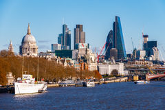 Ciudad de Londres vista del puente de Waterloo fotos de archivo