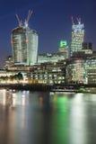 Ciudad de Londres y del río Támesis en la noche Foto de archivo libre de regalías