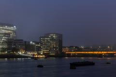 Ciudad de Londres y la opinión panorámica del río Támesis en la noche imágenes de archivo libres de regalías