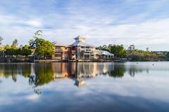 Ciudad de los lagos springfield, Ipswich, Australia - miércoles 1 de agosto de 2018: Vista del lago y del negocio local en los la Foto de archivo