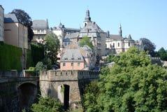 Ciudad de Luxemburgo de la visión - ciudad vieja con la pared de la ciudad Imagen de archivo libre de regalías