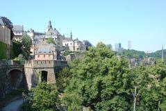 Ciudad de Luxemburgo de la visión - ciudad vieja con la pared de la ciudad Fotos de archivo libres de regalías