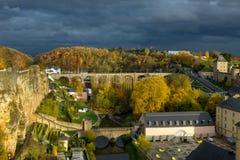 Ciudad de Luxemburgo fuera de la pared imagenes de archivo