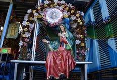 Ciudad de México, México 12 de diciembre de 2017: Los peregrinos celebran las festividades en la basílica de Guadalupe Foto de archivo