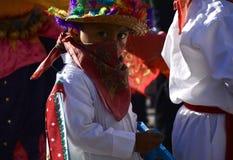 Ciudad de México, México 11 de diciembre de 2017: Peregrinos jovenes en el viaje para celebrar las festividades en la basílica de Fotografía de archivo
