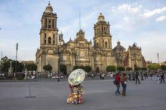 CIUDAD DE MÉXICO - 5 DE FEBRERO DE 2017: Opinión de Zocalo del cuadrado de la constitución de la bóveda de la catedral metropolit fotos de archivo libres de regalías