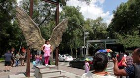 Ciudad de México, México-CIRCA julio de 2014: Turistas que toman imágenes en estructura de alas en la avenida de Reforma