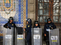 Ciudad de México, México - 24 de noviembre de 2015: Oficiales de policía mexicanos en antidisturbios fuera del edificio en el cua Imagen de archivo libre de regalías