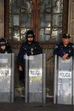 Ciudad de México, México - 24 de noviembre de 2015: Oficiales de policía mexicanos en antidisturbios fuera del edificio en el cua Foto de archivo libre de regalías