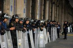 Ciudad de México, México - 24 de noviembre de 2015: Oficiales de policía mexicanos en antidisturbios fuera del edificio en el cua Imagenes de archivo