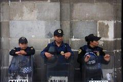Ciudad de México, México - 24 de noviembre de 2015: Tres oficiales de policía mexicanos en antidisturbios fuera del edificio en e Imágenes de archivo libres de regalías