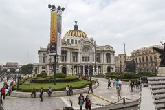CIUDAD DE MÉXICO - MÉXICO: NOVEMBRO DE 2016: Ideia do juarez famoso da rua onde você pode encontrar o Lat de Palacio de Bellas Ar fotos de stock