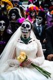 Ciudad de México, México; 1 de noviembre de 2015: Novia rodeada por los cráneos en el día de la celebración muerta en Ciudad de M imagen de archivo