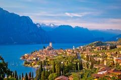 Ciudad de Malcesine en la opinión del horizonte de Lago di Garda Foto de archivo libre de regalías