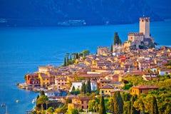 Ciudad de Malcesine en la opinión del horizonte de Lago di Garda Fotos de archivo libres de regalías