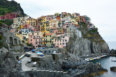 Ciudad de Manarola con sus casas tradicionales coloridas en las rocas sobre el mar Mediterráneo, Cinque Terre National Park y la  Imágenes de archivo libres de regalías