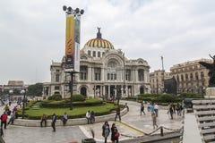 CIUDAD DE MEKSYK, MEKSYK -: LISTOPAD, 2016: Widok sławny uliczny juarez dokąd ty możesz znajdować Palacio De Bellas Artes y Torre zdjęcia stock