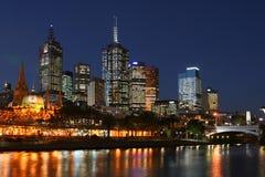 Ciudad de Melbourne en la noche Imágenes de archivo libres de regalías
