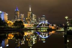 Ciudad de Melbourne por noche foto de archivo