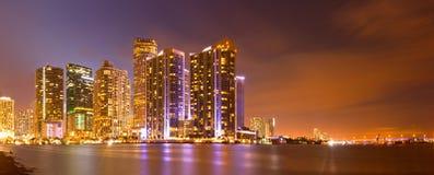 Ciudad de Miami la Florida, horizonte de la noche. Imagen de archivo libre de regalías