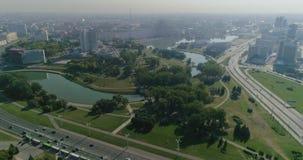 Ciudad de Minsk, la capital de Bielorrusia Vista aérea del cruce con los edificios móviles de los coches, del río, residenciales  almacen de video