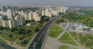 Ciudad de Minsk, la capital de Bielorrusia Vista aérea del cruce, edificios residenciales que contienen área almacen de video