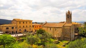 Ciudad de Monteriggioni con el fondo del cielo azul foto de archivo