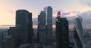 Ciudad de Moscú del centro de negocios Aéreo, el dron tira metrajes