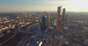 Ciudad de Moscú del centro de negocios Rascacielos fotografía aérea del centro comercial de Moscú Rascacielos de cristal tirados  almacen de metraje de vídeo
