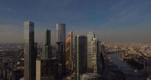 Ciudad de Moscú del centro de negocios Rascacielos fotografía aérea del centro comercial de Moscú Rascacielos de cristal tirados  almacen de video