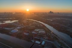 Ciudad de Moscú en la salida del sol en neblina de la mañana Silueta del hombre de negocios Cowering Rusia Foto de archivo