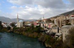 Ciudad de Mostar con el río medieval Bosnia y Hercegovina de Neretva de la arquitectura del alminar de la mezquita Imagen de archivo