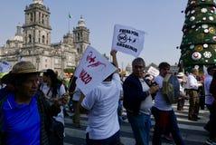 Ciudad de México, México 7 de enero de 2017: Los manifestantes marchan en las calles después y aumentan de precios de la gasolina Imágenes de archivo libres de regalías