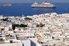 Ciudad de Mykonos con travesía en fondo imágenes de archivo libres de regalías