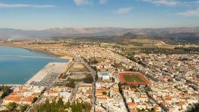 Ciudad de Nafplio en Grecia Silueta del hombre de negocios Cowering Fotografía de archivo libre de regalías