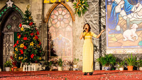 CIUDAD de NAMDINH, VIETNAM - 24 de diciembre de 2014 - creyentes cristianos que cantan un villancico de la Navidad el Nochebuena Fotografía de archivo