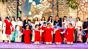 CIUDAD de NAMDINH, VIETNAM - 24 de diciembre de 2014 - creyentes cristianos que cantan un villancico de la Navidad el Nochebuena Foto de archivo