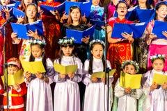 CIUDAD de NAMDINH, VIETNAM - 24 de diciembre de 2014 - creyentes cristianos que cantan un villancico de la Navidad el Nochebuena fotos de archivo libres de regalías