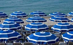 Ciudad de Niza - playa con los paraguas Fotos de archivo libres de regalías