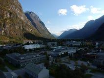 Ciudad de Noruega cerca de la opinión aérea de las montañas Imagenes de archivo