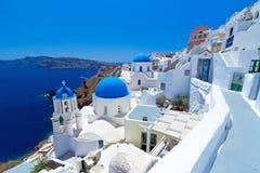 Ciudad de Oia en la isla de Santorini con las cúpulas de la iglesia Foto de archivo libre de regalías