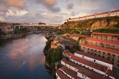 Ciudad de Oporto en la puesta del sol en Portugal Imagen de archivo libre de regalías