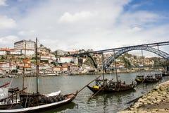 Ciudad de Oporto, puente de Luiz 1r y barcos con el vino de Oporto Foto de archivo
