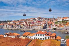 Ciudad de Oporto y río del Duero, teleférico, visión desde Vila Nova de Gaia imagen de archivo