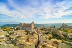 Ciudad de Orvieto opinión aérea de la iglesia y de la catedral medievales del Duomo. Él Foto de archivo libre de regalías