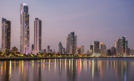 Ciudad de Panamá en la noche foto de archivo libre de regalías
