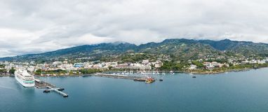 Ciudad de Papeete, isla de Tahití, Polinesia francesa Opinión aérea el horizonte, el puerto marítimo y el infante de marina de la foto de archivo