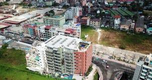 Ciudad de Patong en la playa Tiroteo del aire, del abej?n almacen de video