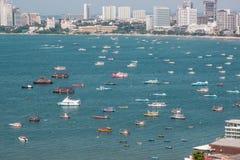 Ciudad de Pattaya y muchos barcos y transbordador en el mar Imagen de archivo