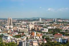 Ciudad de Pattaya y muchos barcos y transbordador en el mar Imagen de archivo libre de regalías